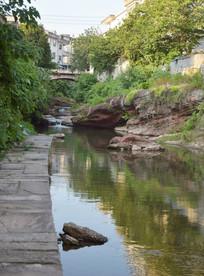 城市中的小河流