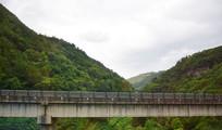 山岭间的高速路桥梁