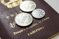 中国护照与人民币硬币