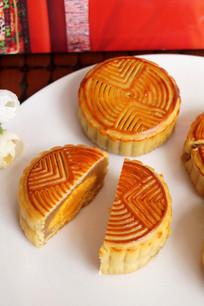 中秋莲蓉蛋黄月饼俯视图