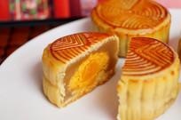 中秋莲蓉蛋黄月饼正视图
