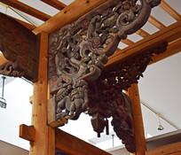 老建筑梁柱上的木雕