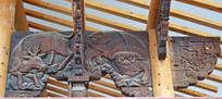 梁柱上的动物浮雕