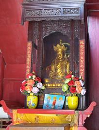 木雕佛龛中的金身佛像