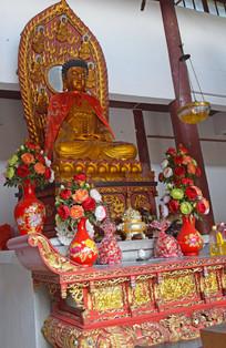 寺院里的佛像雕塑