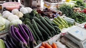 农贸市场货架上的新鲜蔬菜