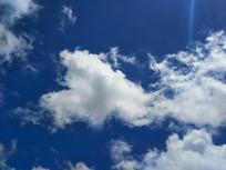 深蓝天空洁白云