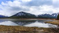 雪山湖泊倒影枯草