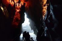 洞口的光线和洞内的灯光