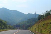 马路上周围山脉风景