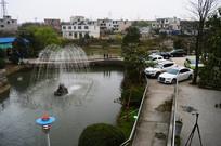 休闲山庄的喷水池和停车场