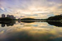 夕阳下的惠州南湖景区