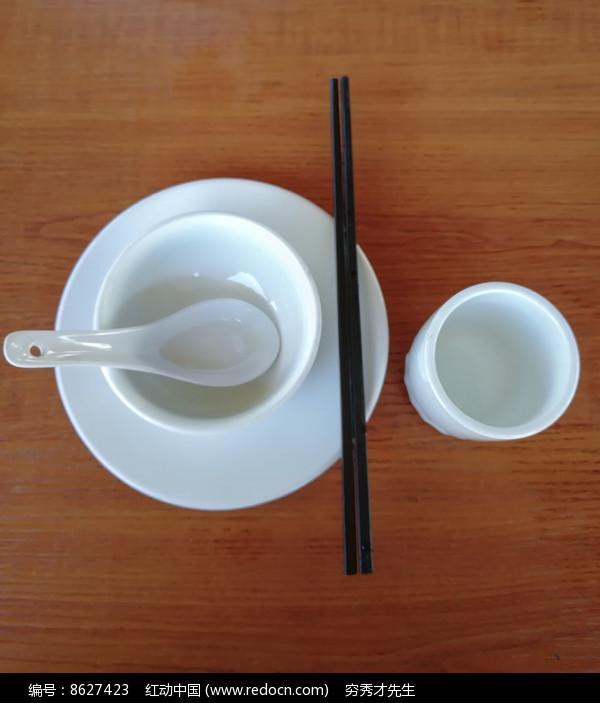 广东餐具摆设图片