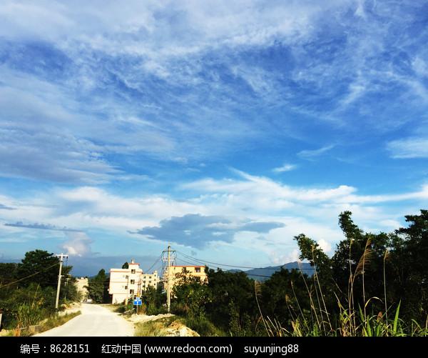 蓝天和村庄图片