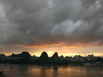 漓江边美丽的火烧云