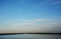 日落前宁静的湖面
