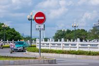 一辆出租车驶过圆通桥