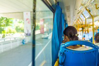 公交车上的姑娘