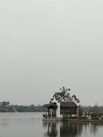 河岸边的亭子
