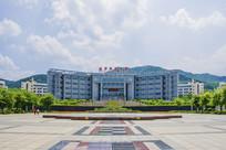 辽宁科技大学图书馆与广场