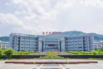 辽宁科技大学图书馆与山峰