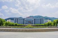 辽宁科技大学图书馆与山峰白云