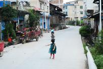 乡村公路上玩耍的儿童