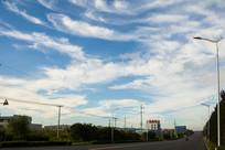 马路上空的蓝天白云