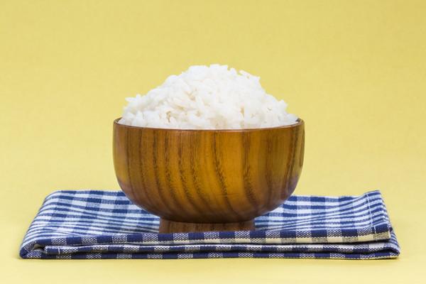 纯色背景的米饭