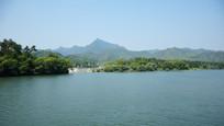 宽阔的河流与远山风景
