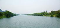 宽阔的绿色河流风景图