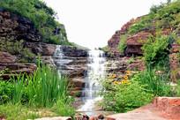 山谷岩石上的瀑布