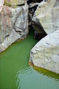 石头河谷中的绿色水潭