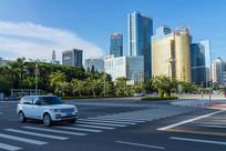 惠州城市道路上的汽车