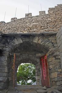 老山寨的石头门和墙垛