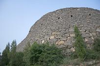 石头堆砌的高大石墙