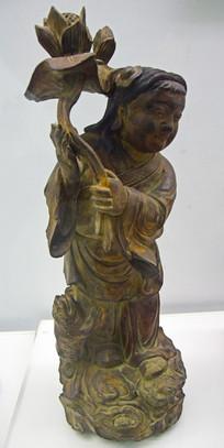 手持荷花的人物雕像