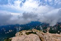 云雾缭绕崂山顶峰