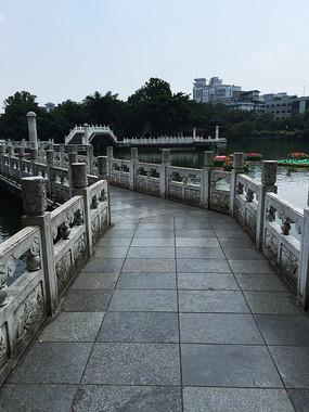 湖面白色折形桥