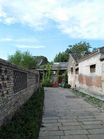 蓝天白云下的老北京平房住宅区