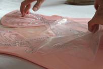 撕开衣服表面的包装膜