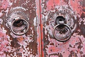 脱落油漆的生铁门