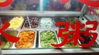 冰粥货架上的水果冰粥