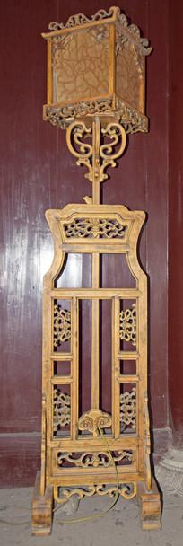 典雅的古代木雕灯具