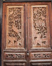 雕刻有花鸟的老木门