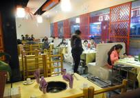 火锅店里就餐的顾客