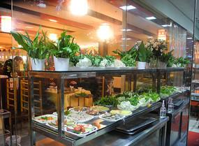 火锅店里新鲜的蔬菜