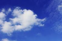 蓝色天空上的白云形状