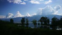 蓝天下的湖泊
