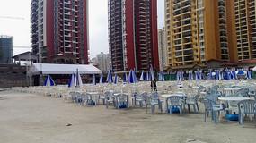 啤酒节广场上的桌椅